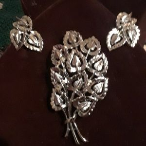 Jewelry - Vintage pin & clip on earrings